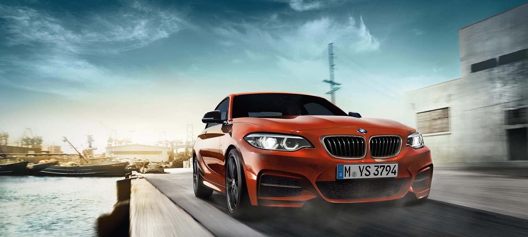 BMW Serie 2 Coupé, toma en movimiento de tres cuartos frontal