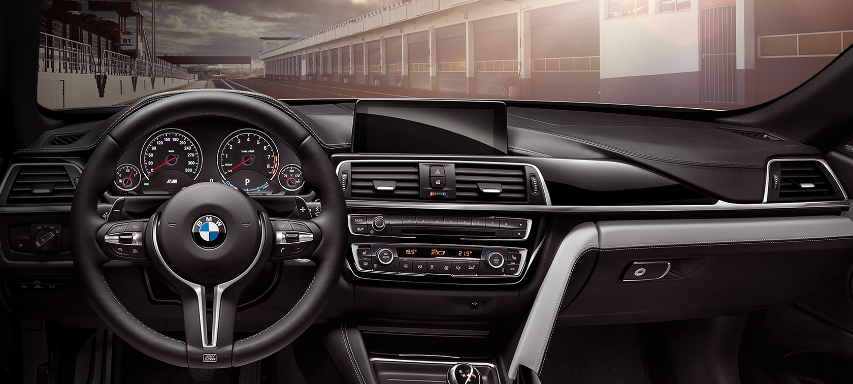 BMW M4 Convertible: detalle de interiores, volante y BMW Connecteddrive